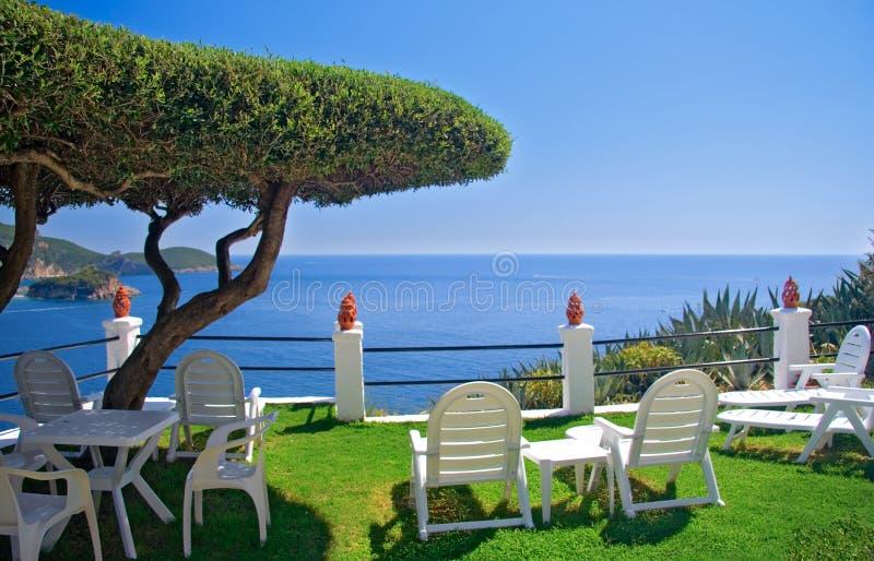 Vista del mare da una stanza sull'isola di Corfù fotografia stock libera da diritti
