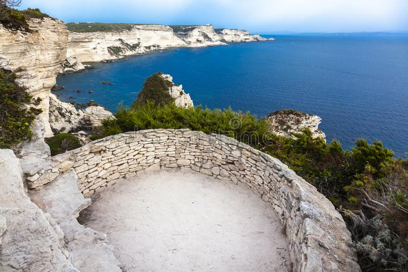 Vista del mare dalla costa della città di Bonifacio in Corsica fotografie stock