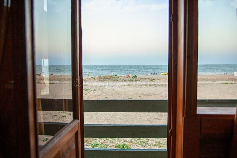Vista del mare dalla finestra fotografie stock