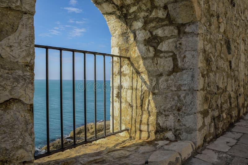 Vista del mare dalla finestra del castello immagini stock libere da diritti