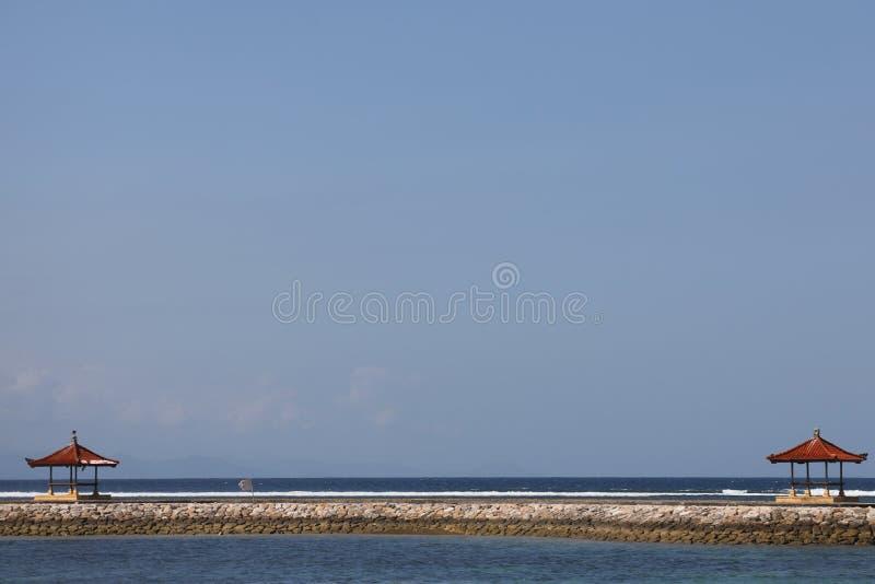 Vista del mare dalla spiaggia di Sanur in Bali, Indonesia fotografie stock libere da diritti