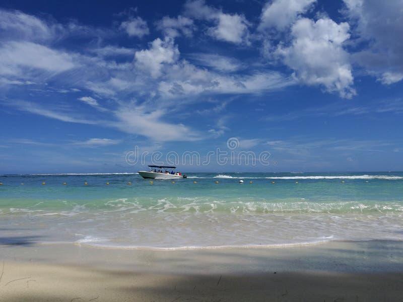 Vista del mare dalla spiaggia sul passaggio in barca fotografie stock libere da diritti