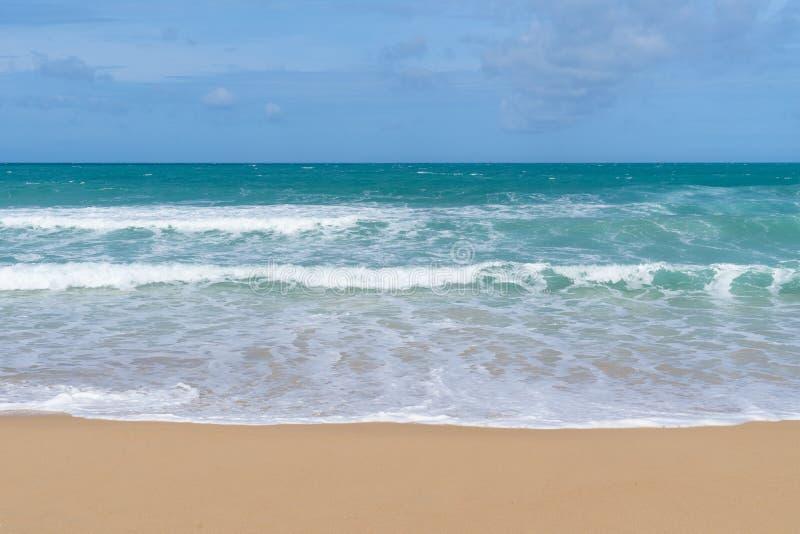 Vista del mare dalla spiaggia tropicale con il cielo soleggiato Spiaggia di paradiso di estate dell'isola di Bali Puntello tropic immagini stock libere da diritti