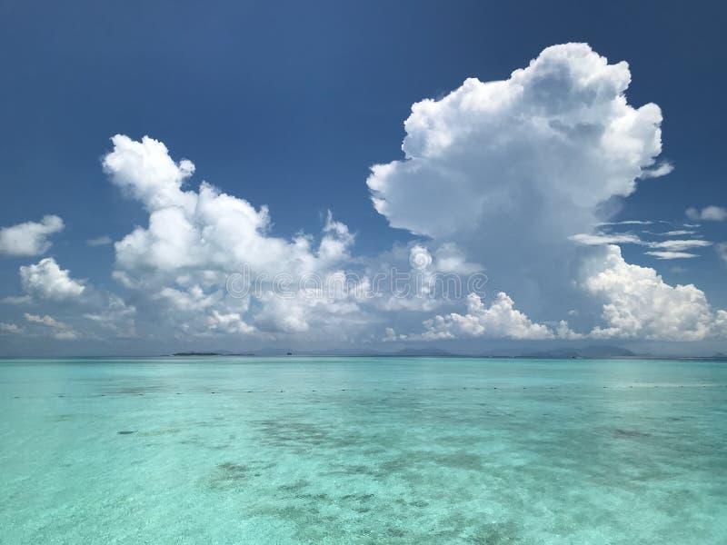 Vista del mare di giorno soleggiato fotografie stock
