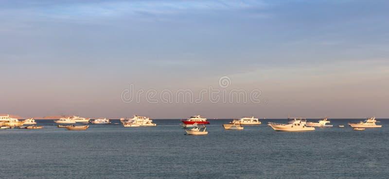 Vista del mare di tramonto con le barche fotografia stock libera da diritti