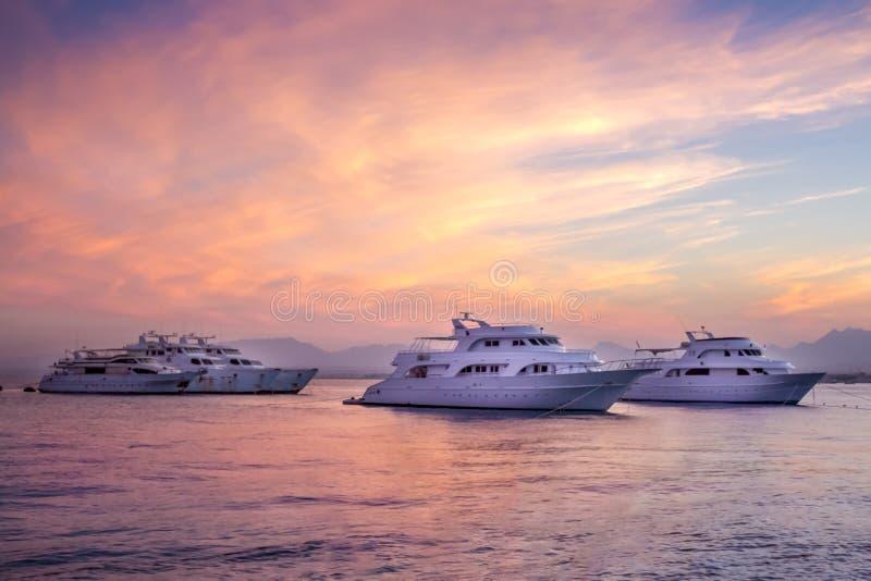 Vista del mare di tramonto con le barche immagine stock