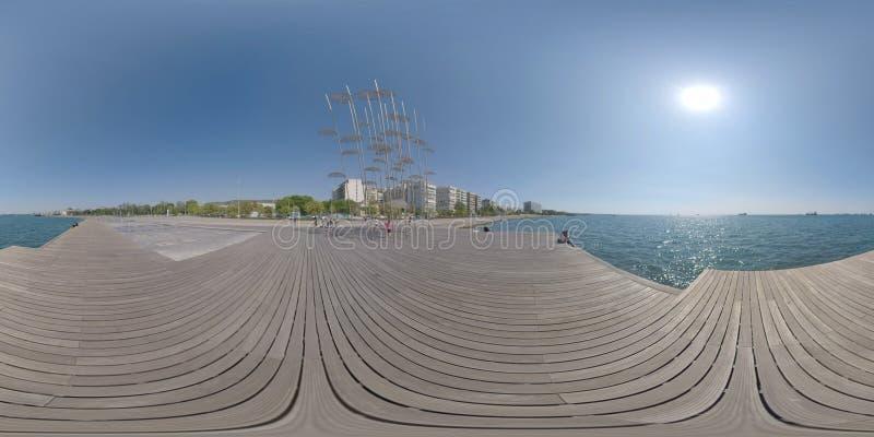 Vista del mare e di lungomare di 360 VR con le sculture degli ombrelli Salonicco, Grecia immagini stock libere da diritti
