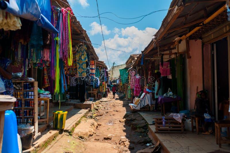 Vista del mercado callejero colorido del aire abierto en el doula el Camerún durante día soleado con ropa tradicional imagen de archivo libre de regalías