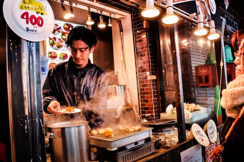 Vista del mercado de pescados de Tsukiji con las tiendas al por menor y los restaurantes carretero en Tokio fotos de archivo libres de regalías