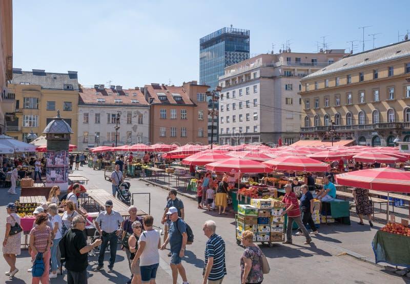 Vista del mercado en cuadrado del centro de ciudad en Zagreb imagen de archivo
