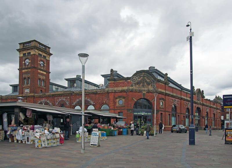 Vista del mercado libre del ashton con los compradores de las paradas y del pasillo histórico del mercado construido en 1829 imagen de archivo