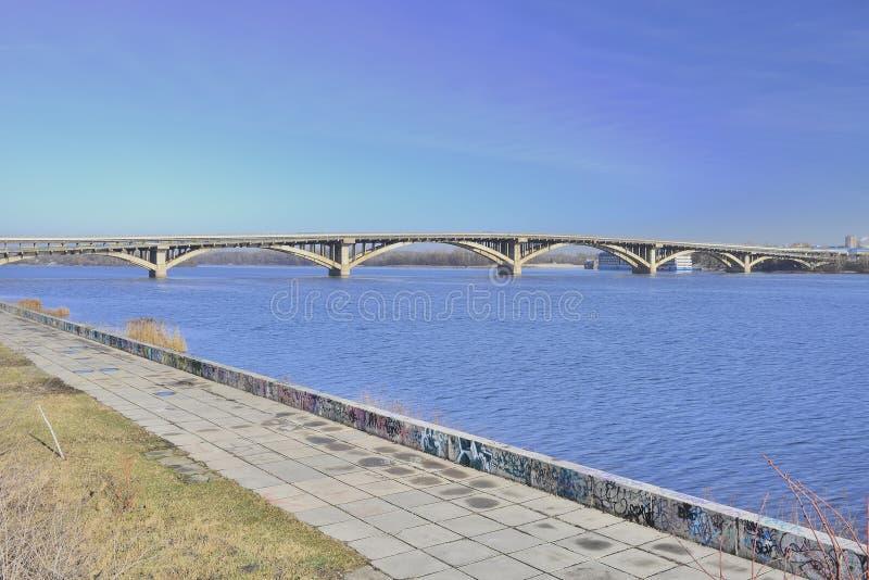 Vista del metro del puente a través del río de Dnieper fotos de archivo libres de regalías