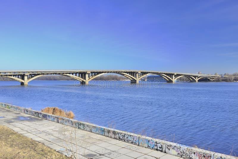 Vista del metro del puente a través del río de Dnieper imágenes de archivo libres de regalías