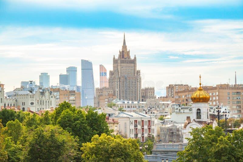 Vista del Ministerio de Asuntos Exteriores, de la Moscú-ciudad y de los tejados, paisaje del centro de negocios del verano fotografía de archivo libre de regalías