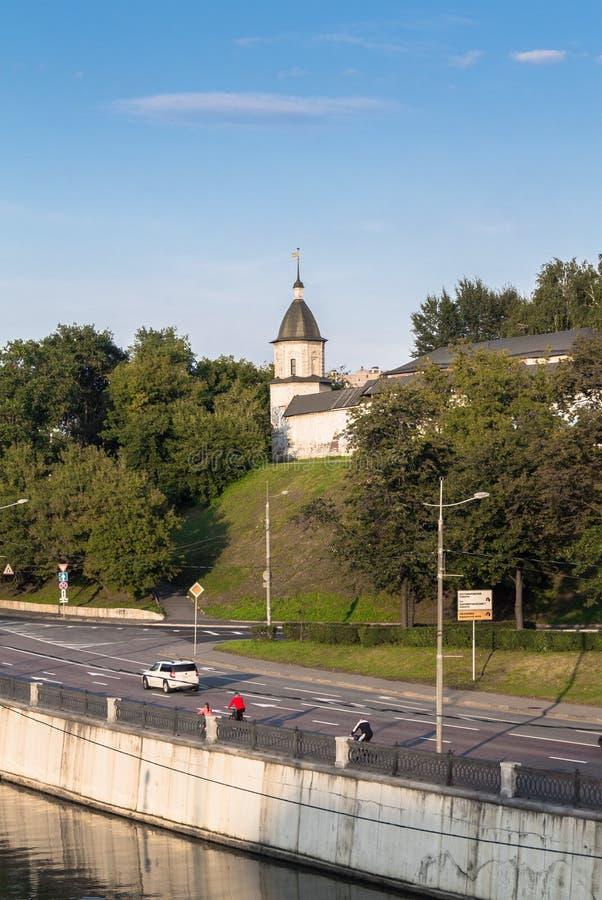 Vista del monasterio de Andronikov y del camino del muelle en la tarde clara del verano, Moscú, Rusia de Yauza del río imagenes de archivo