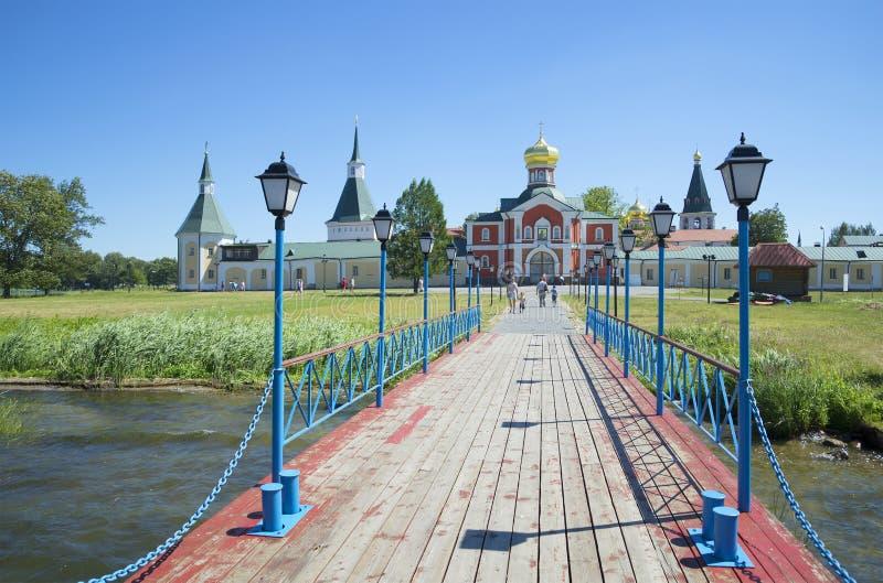 Vista del monasterio de Iversky Svyatoozerskiy del lago Valday fotografía de archivo