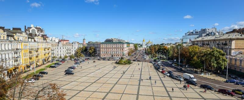 Vista del monasterio De oro-abovedado del centro de ciudad de Kiev, del ` s de Sofia Square, y de San Miguel de la torre de St So fotos de archivo