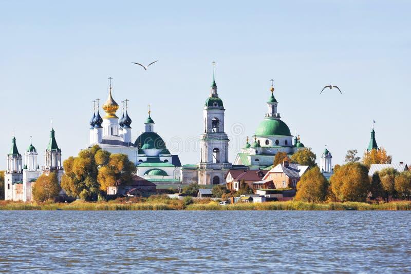 Vista del monasterio de Spaso-Yakovlevsky del lago Nero, imagen de archivo libre de regalías