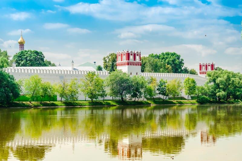 vista del monastero del convento di Novodevichy a Mosca, Russia Luogo del patrimonio mondiale dell'Unesco fotografia stock libera da diritti