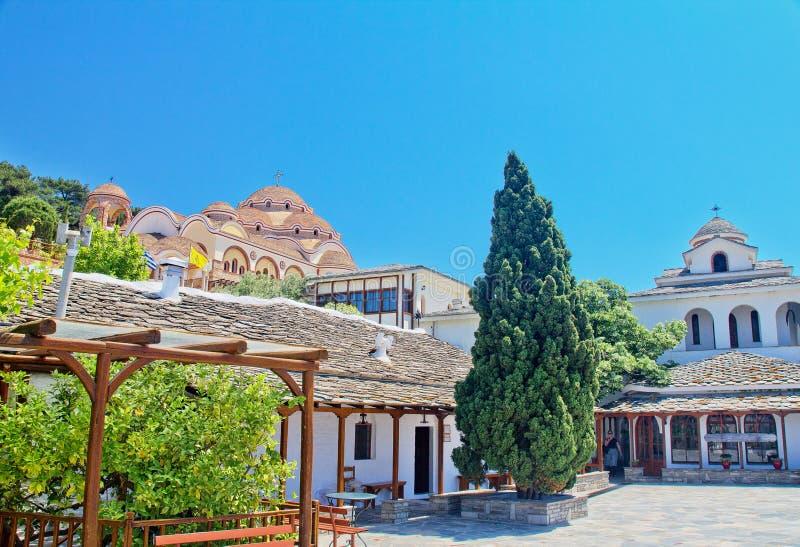 Vista del monastero dell'arcangelo Michael in tempo soleggiato, isola di Thassos, Grecia fotografia stock libera da diritti