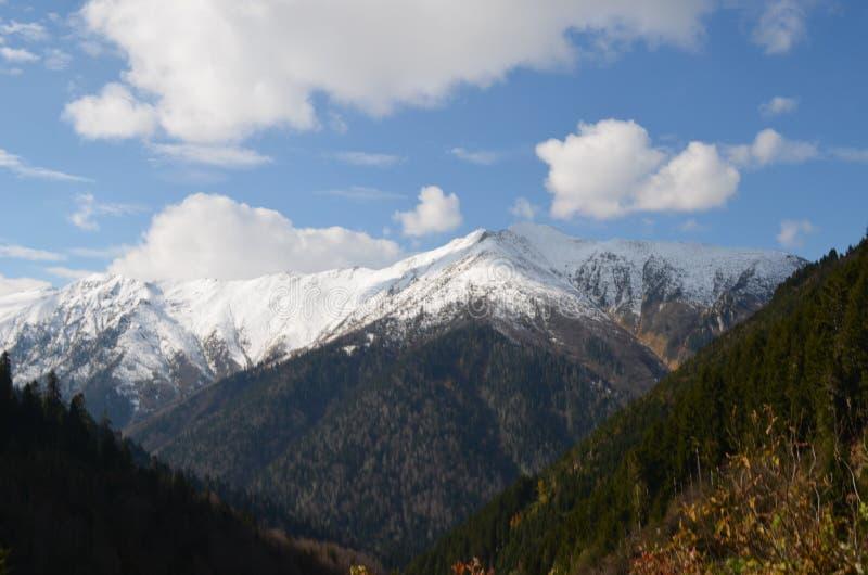 Vista del montañas nevosas con las nubes en pavo de la región del Mar Negro imágenes de archivo libres de regalías