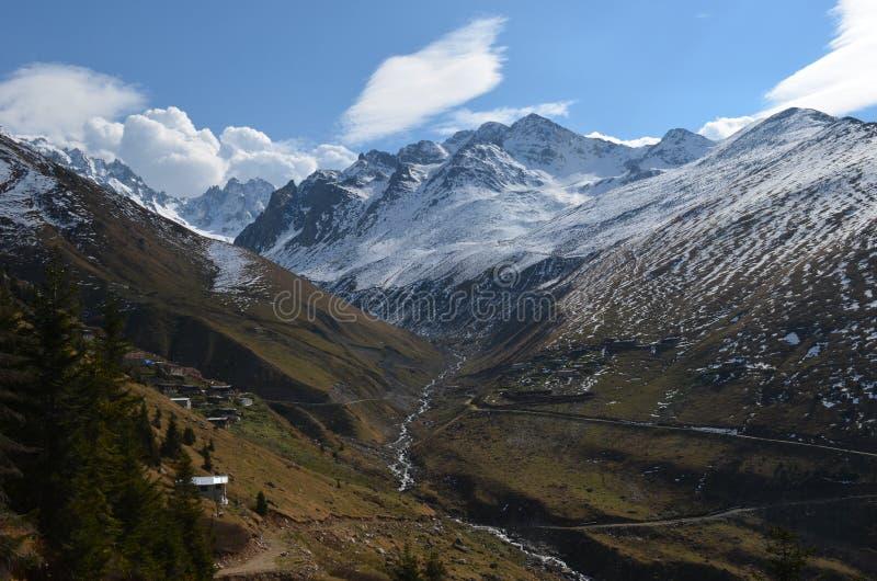 Vista del montañas nevosas en pavo de la región del Mar Negro imagen de archivo libre de regalías