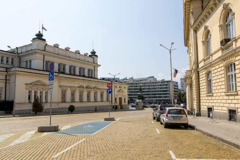 Vista del monumento al libertador del zar y al edificio búlgaro del parlamento fotografía de archivo
