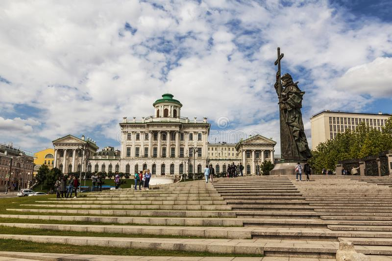 Vista del monumento al principe santo Vladimir il battista della Russia e della Camera di Pashkov sul quadrato di Borovitskaya, M fotografia stock libera da diritti