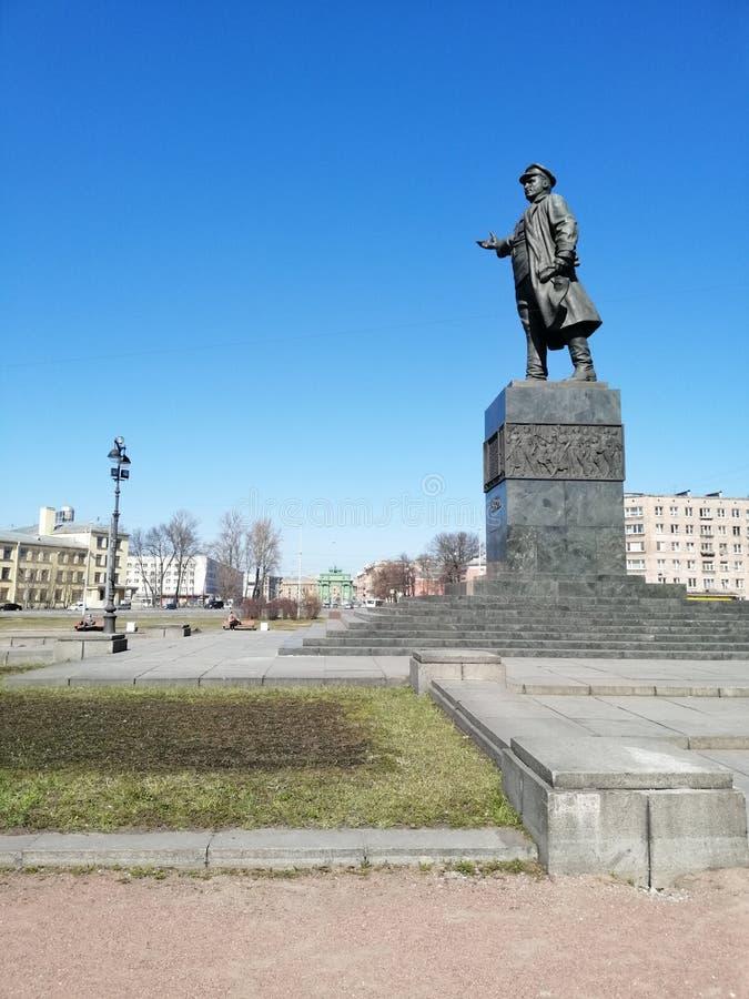 Vista del monumento al revolucionario y a la puerta de Narva fotografía de archivo