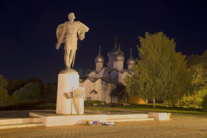 Vista del monumento a Alexander Nevsky en septiembre en la noche Veliky Novgorod imagenes de archivo