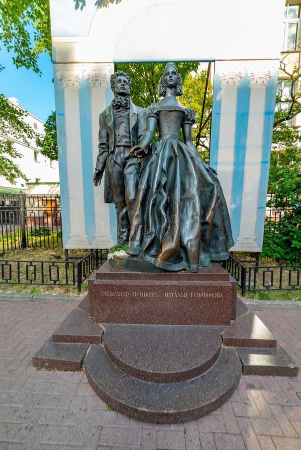 Vista del monumento a Alexander Pushkin y a Natalia Goncharova, calle del arbat, fotografía de archivo