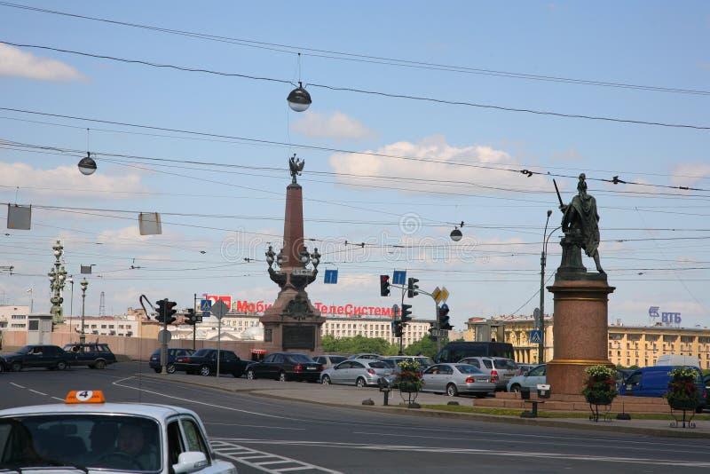 Vista del monumento alle vittorie del comandante russo Suvorov e del ponte della trinità attraverso il fiume di Neva fotografie stock