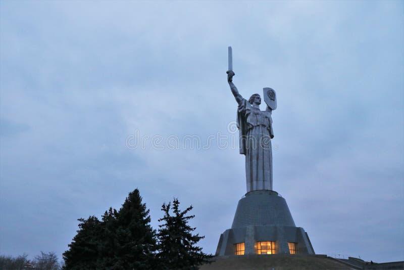 Vista del monumento in patria, simbolo storico di Kiev fotografia stock