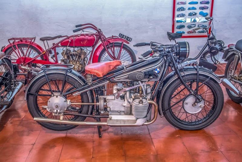 Vista del motocicletas clásicas, en la exposición en museo del coche de Caramulo foto de archivo libre de regalías
