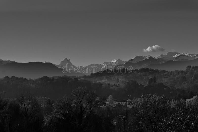 Vista del moutain del ` s de los Pirineos imagenes de archivo