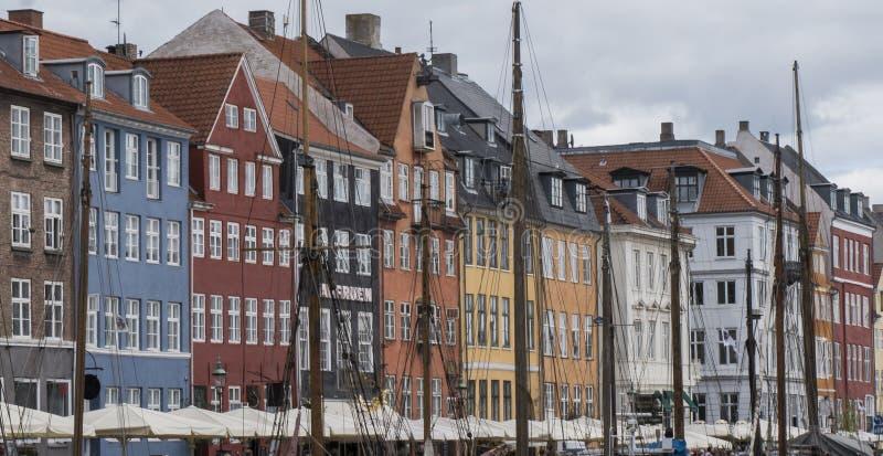 Vista del muelle de Nyhavn con los edificios coloreados fotos de archivo