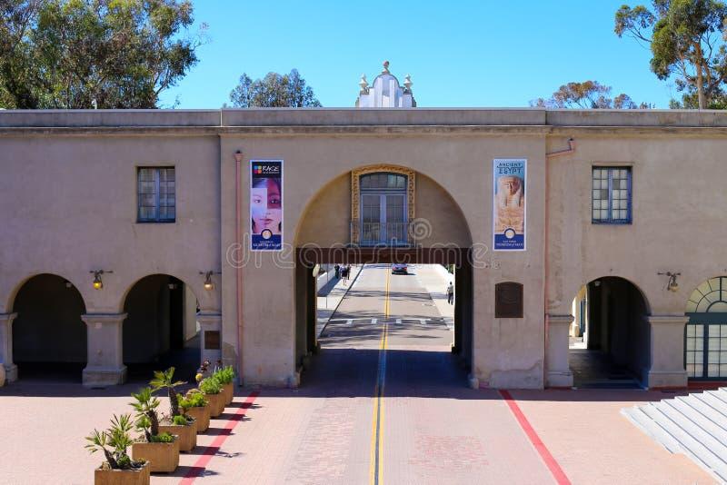Vista del museo dell'uomo nel parco della balboa a San Diego, California fotografie stock libere da diritti