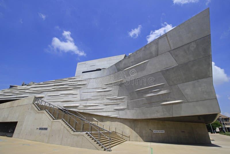 Vista del museo moderno de Perot de la naturaleza y de la ciencia en Dallas céntrica June-18-2016 imagen de archivo