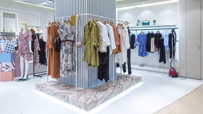 Vista del negozio di vestiti casuale del negozio di modo di signora immagine stock libera da diritti