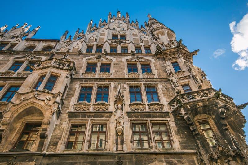 Vista del nuevo ayuntamiento de Munich Neues Rathaus tomado durante una tarde fría del invierno en el Marienplatz famoso imágenes de archivo libres de regalías