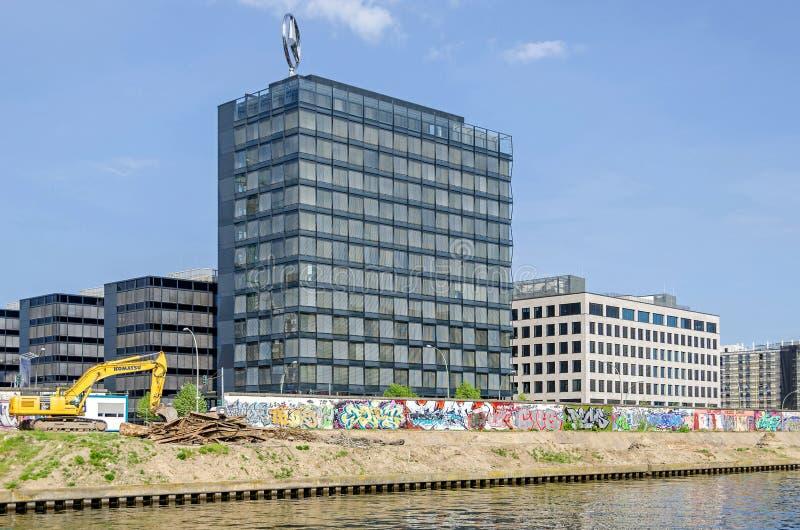 Vista del nuevo bloque de Mercedes Benz Charterway, trabajos de la realización sobre bancos de la diversión del río con un excava foto de archivo libre de regalías