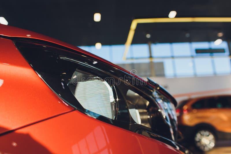 Vista del nuevo coche de la fila en la nueva sala de exposición del coche fotos de archivo