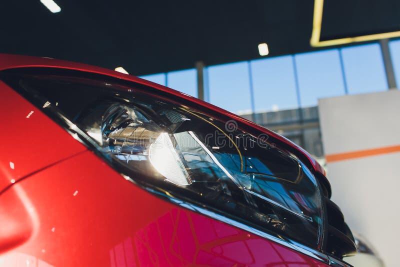 Vista del nuevo coche de la fila en la nueva sala de exposición del coche foto de archivo