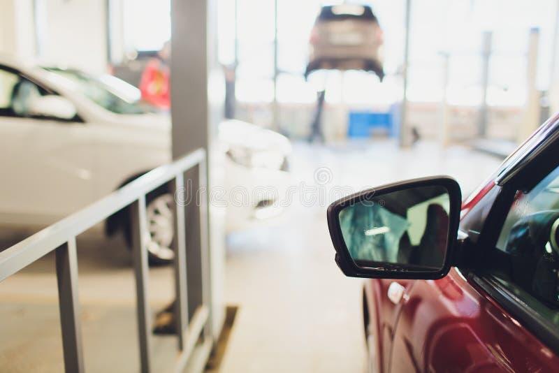 Vista del nuevo coche de la fila en la nueva sala de exposición del coche fotografía de archivo