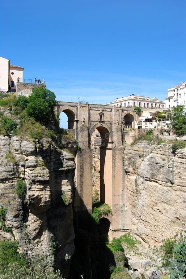 Vista del nuevo puente que cruza la garganta, Ronda, España fotografía de archivo libre de regalías