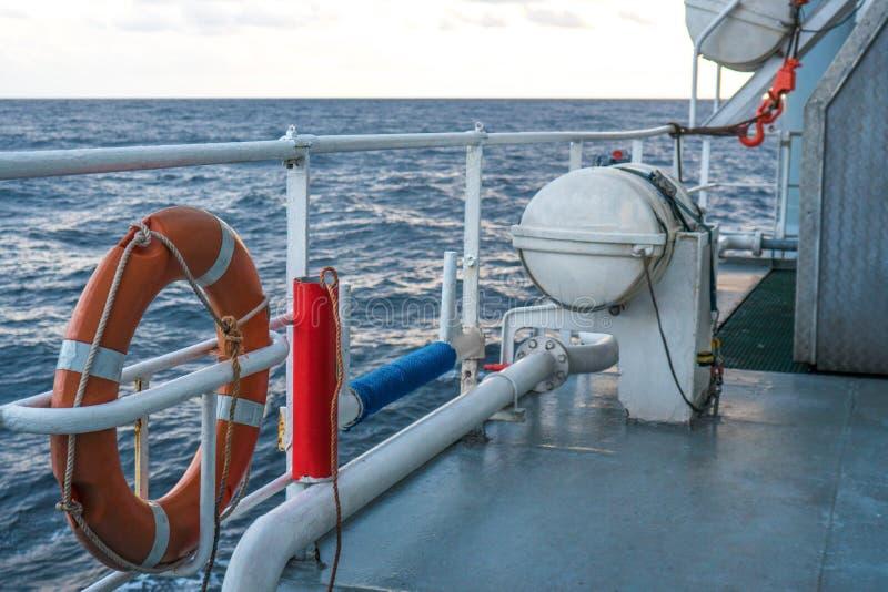 Vista del océano de la nave o del buque El equipo de la salvación de vidas del LSA está en cubierta foto de archivo