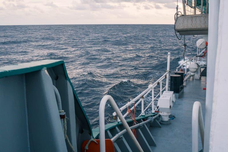 Vista del océano de la nave o del buque Trabajo resistente marino imágenes de archivo libres de regalías