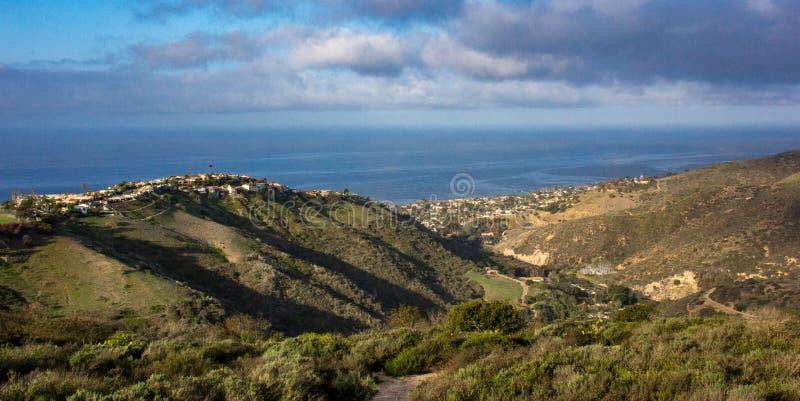 Vista del Océano Pacífico de una pista de senderismo en California meridional imagen de archivo