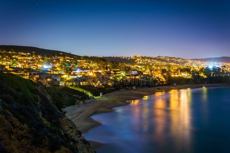 Vista del Océano Pacífico y del Laguna Beach en la noche fotografía de archivo