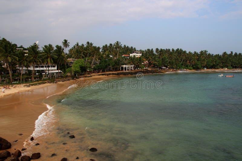 Vista del océano y de la costa arenosa con las palmas imágenes de archivo libres de regalías